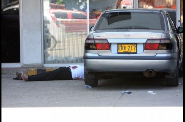 El cuerpo de Oswaldo Suevis quedó tendido junto a un vehículo del cual acababa de bajarse.