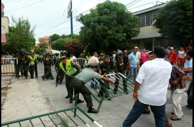 Los vecinos se enfrentaron a la Fuerza Pública, para evi-tar la diligencia de un