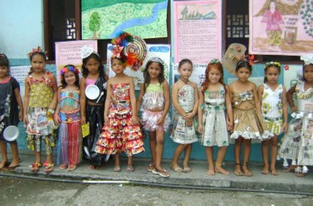 Las más pequeñas fueron ataviadas con vestidos confeccionados con diversos materiales reciclables.