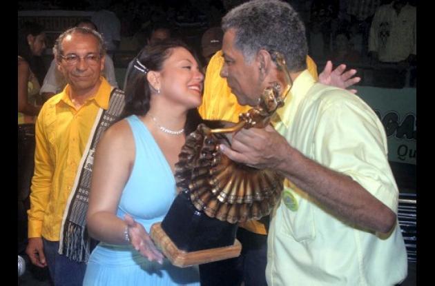 Julio Alejandro Hernández, presidente de la junta organizadora del Encuentro Nacional de Bandas entregó la estatua de la Reina del Porro como homenaje a Aglaé Caraballo.