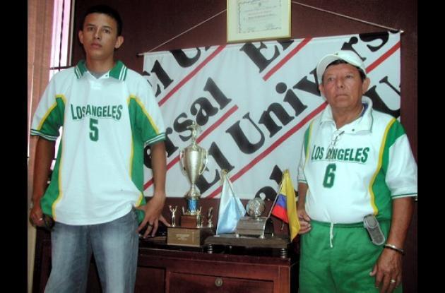 Erick Mauricio Carvajal, uno de los integrantes de la Selección Sucre de Tejo Sub 25 y Nicanor Martínez, director técnico del elenco departamental.