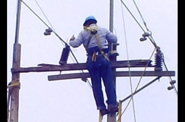 Cambio de aisladores y crucetas son los principales trabajo que adelanta Electricaribe en las redes de energía en Sucre.