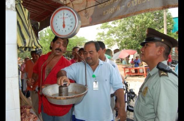 CORTESÍA/ Operativos de control a las pesas y medidas en el Nuevo Mercado de Sincelejo cumplió la dependencia municipal.