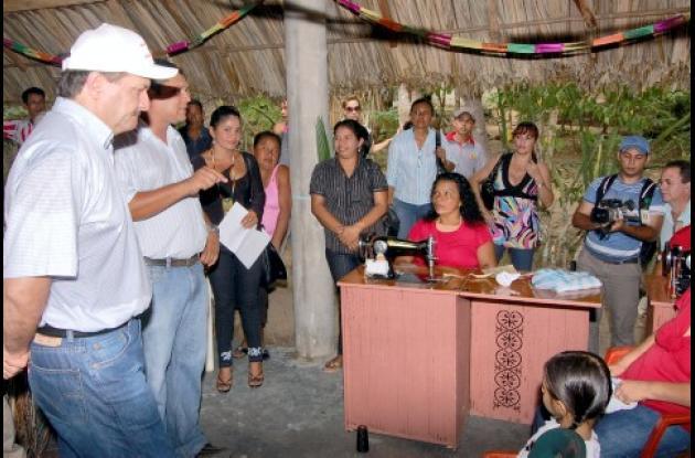 El alcalde de Sincelejo, Jesús Paternina, durante la entrega de las sedes artesanales en La Pastora y Alto Plano, en el corregimiento San Antonio.