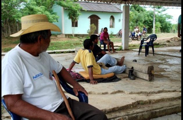 Biliardo Méndez y Auden Parra son vigilados por un alguacil del cabildo indígena de Cruz del Beque. Foto José Javier Sarmiento Martinés.