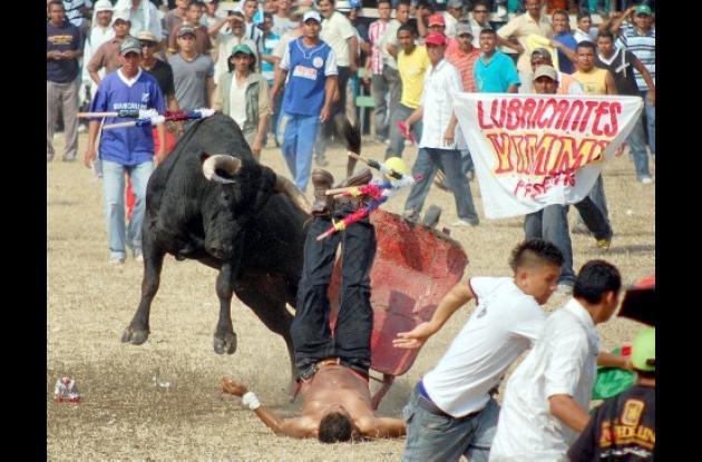Momentos en que un toro embestía a Miguel José Barrios, de Majagual Sucre, cuando intentó colocar un par de banderillas al toro utilizando una carretilla.
