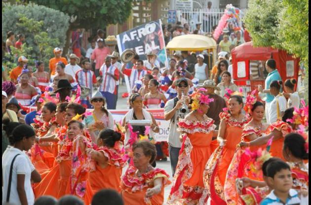 Desfile inaugural de los festejos patronales en honor a la Virgen.
