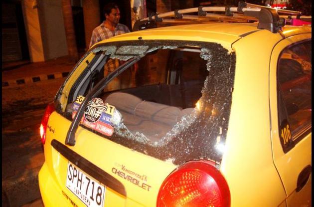 taxi con vidrio roto en altercado