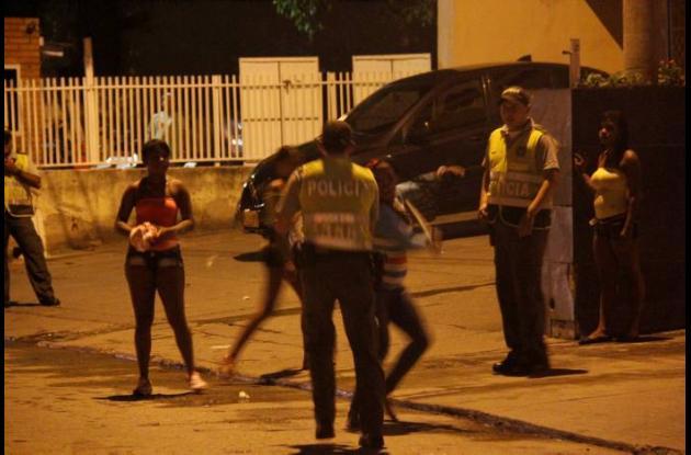policias y mujeres ataque altercado clinica cartagena del mar