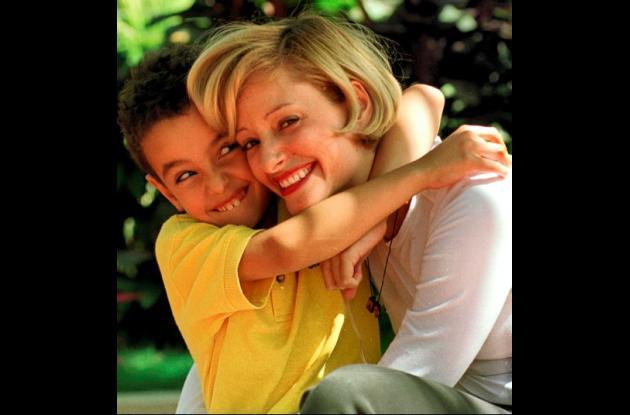 Los abrazos no son exclusivos de las parejas. Padres e hijos se transmiten una g