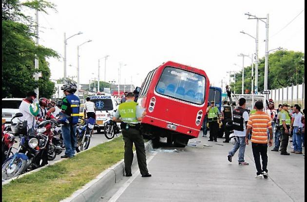 El conductor del microbús perdió el control de vehículo y terminó montado en un