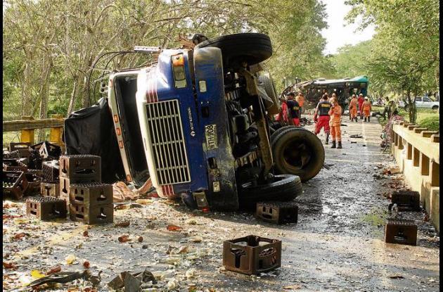 La colisión lateral entre la buseta y el camión de cerveza se registró sobre el