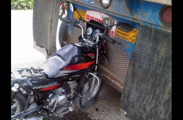 La moto que conducía Basilio José Ardila Pérez quedó incrustada en la parte tras
