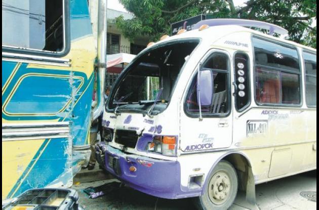 La buseta, de placas XLL 214, chocó por la parte trasera al bus, de placas UAL 4