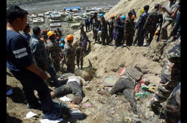 En la imagen se ven los rescatistas cerca a los cuerpos sin vida de las víctimas