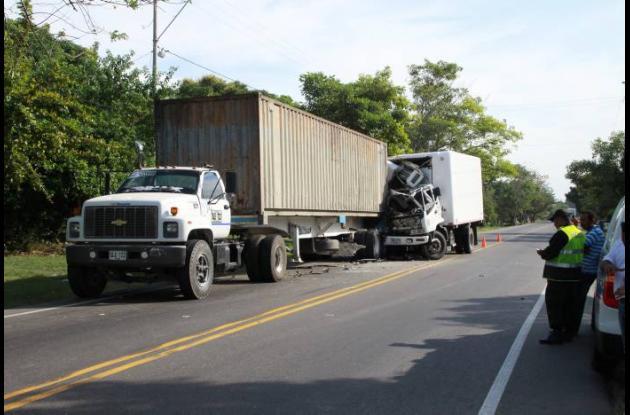 Dos heridos al chocar furgón con tractomula
