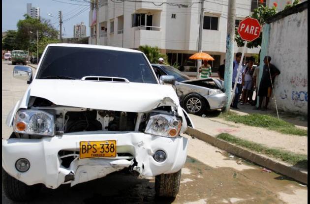 El carro, de placas GNJ 065, se voló una escuadra y ocasionó el accidente.