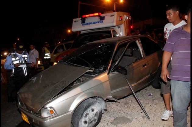 Accidente de tránsito entre una ambulancia y un carro particular.