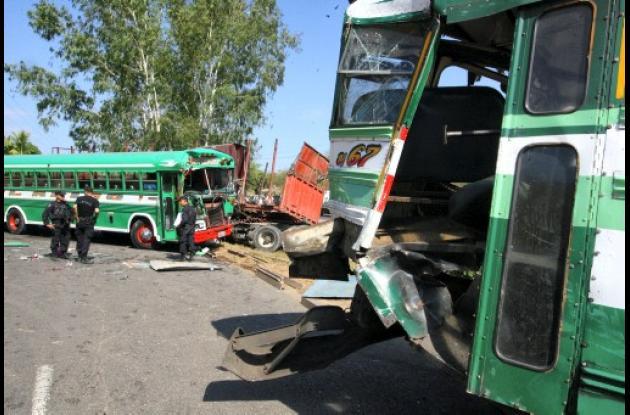 Según la policía, tres autobuses y un camión que transportaba chatarra estuviero