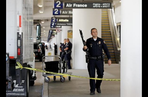 Las autoridades recorriendo con armas el aeropuerto de Los Angeles.