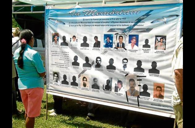 Cartel con algunos de los caídos en la masacre de Mejor Esquina