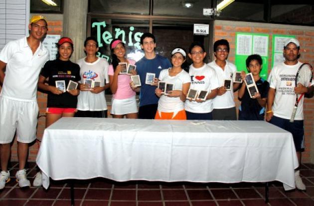 Grupo de tenistas ganadores en  los Juegos Intercolegiados Distritales de Cartag