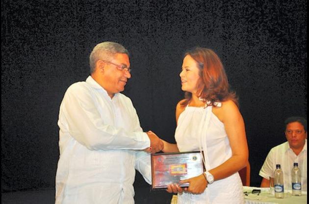 La IE Soledad Acosta de Samper hace reconocimiento a la alcaldesa Pinedo.