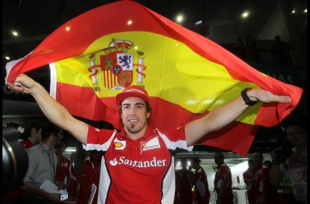 Fernando Alonso ondea la bandera de su natal España a modo de celebración por el