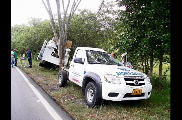 El conductor de la ambulancia asegura que se estrelló contra un árbol porque otr