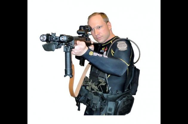 Anders Behring Breivik posó con un fusil de asalto.