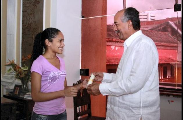Unicartagena entrega Beca Andrés Bello a la estudiante Ana Milena Lozano Mendoza