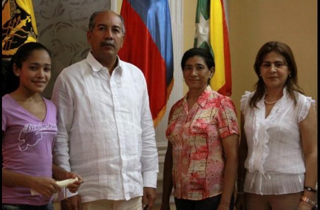 Unicartagena entrega Beca Andrés Bello a estudiante.