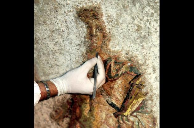 Aunque falta una parte del fondo del mosaico, se puede identificar la silueta de