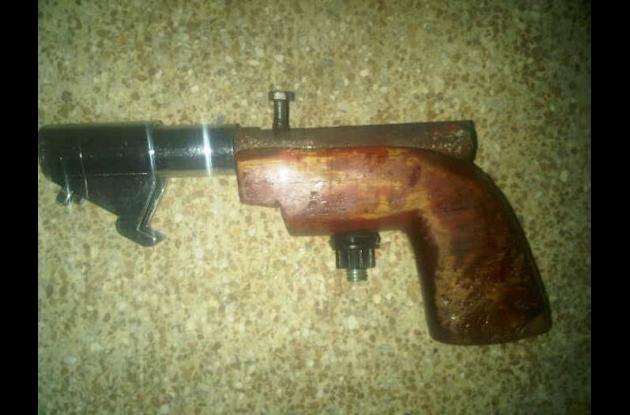Al momento de su captura al sujeto le fue hallada un arma de fabricación hechiza