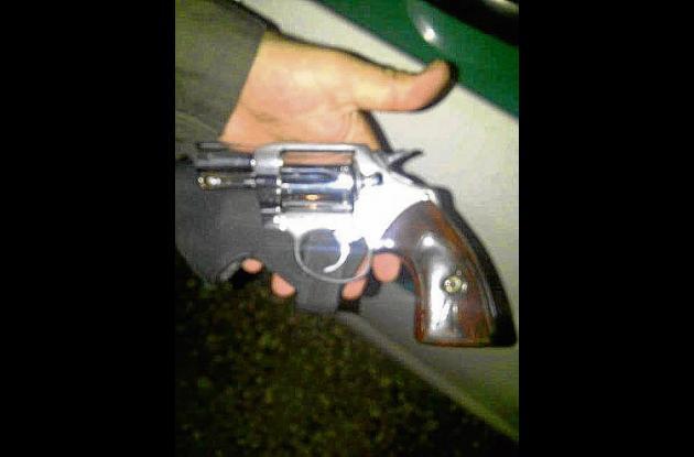 El revólver decomisado quedó en manos de las autoridades competentes.