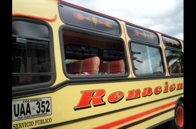 A este bus le rompieron algunos vidrios y parte de la carrocería.