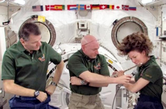 Una astronauta toca flauta en el espacio.