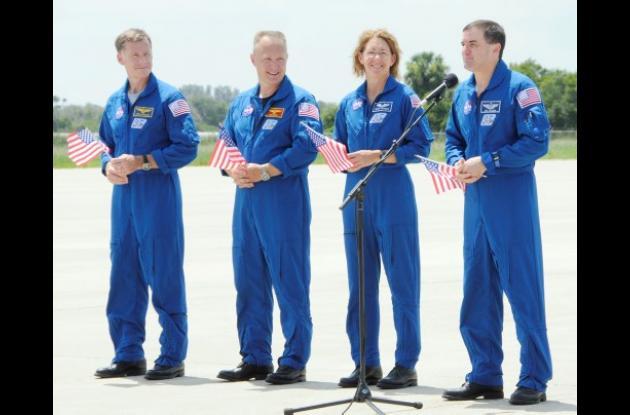 Astronautas tripulantes del transbordador espacial Atlantis.