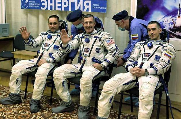 La nave es tripulada por el astronauta de la NASA Dan Burbank y los rusos Anton