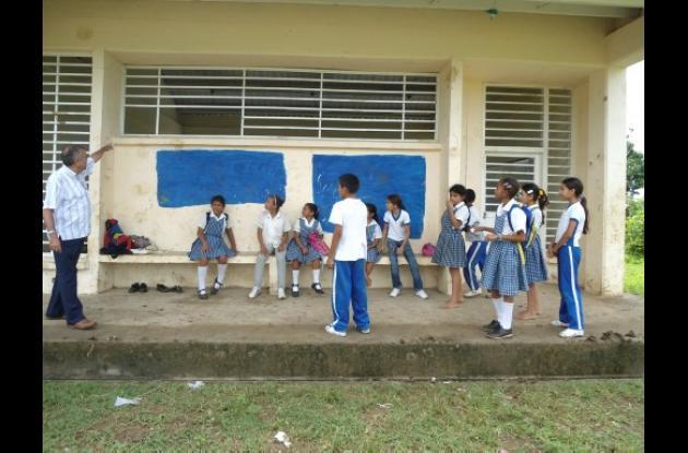 El rector Carlos Atencia y algunos estudiantes señalan los daños.