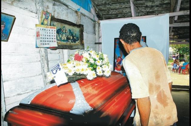 El féretro con los restos de Teófilo De La Cruz llegó ayer, sus famliares lo vel