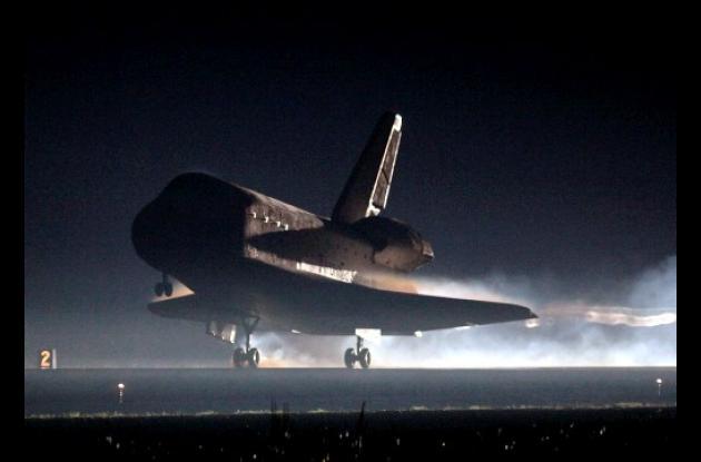 Momentos del aterrizaje del transbordador espacial Atlantis.