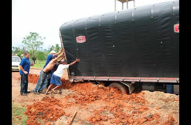 Un camión que cubría la ruta Barranquilla–Mompox se atolló y fue desvarado despu