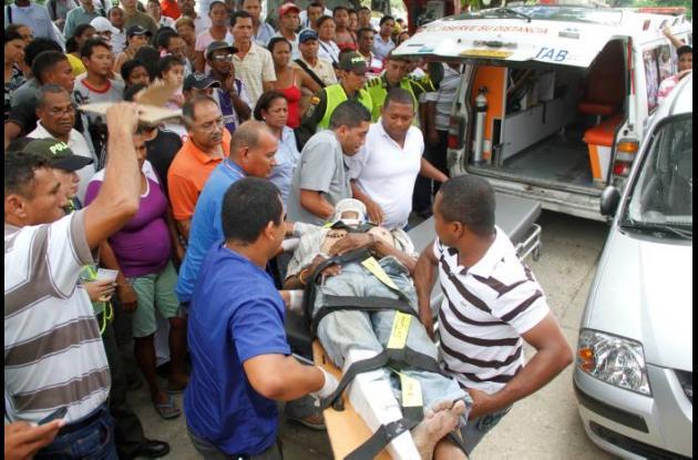 La víctima de un accidente es trasladada en una ambulancia al hospital.