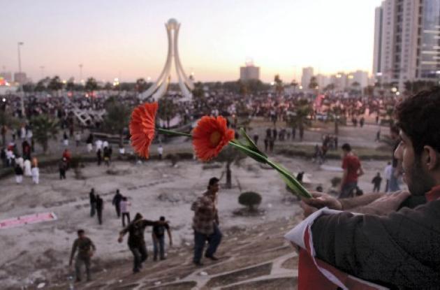 Manifestantes de Bahrein celebran, después que los militares se retiraron de la