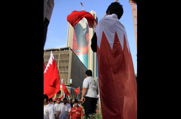 Manifestantes de Bahrein  que están contra el gobierno gritan consignas y ondean