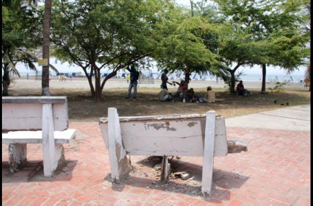 bancas dañadas por el vandalismo.