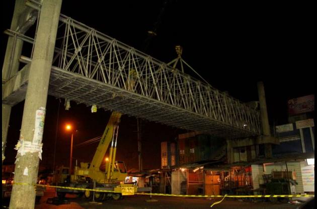 Retiro de puente peatonal en Bazurto