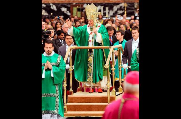 El papa Benedicto XVI sobre el estrado móvil.