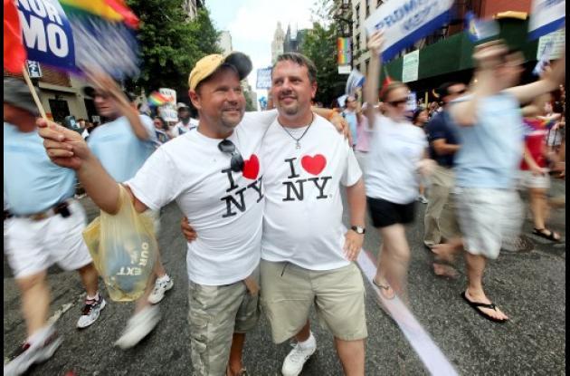 Marcha de orgullo gay en NY festeja aprobación de matriomonio homosexual